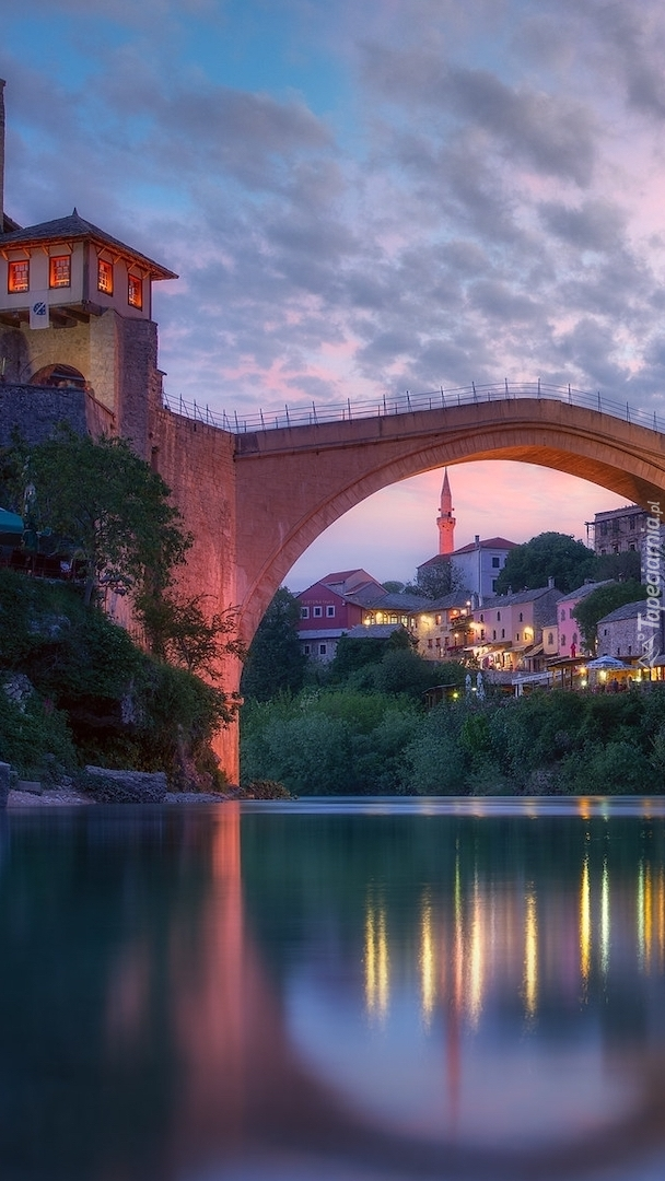 Most nad rzeką Neretwa w miasteczku Mostar