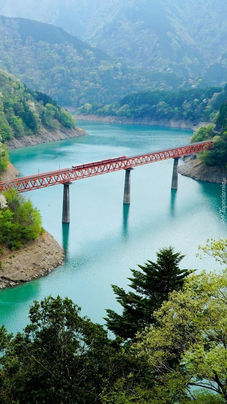 Most nad rzeką w górach