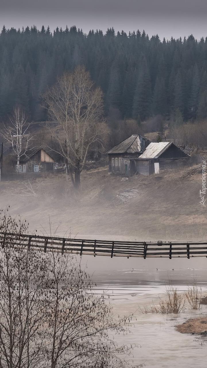 Most nad rzeką w wiosce