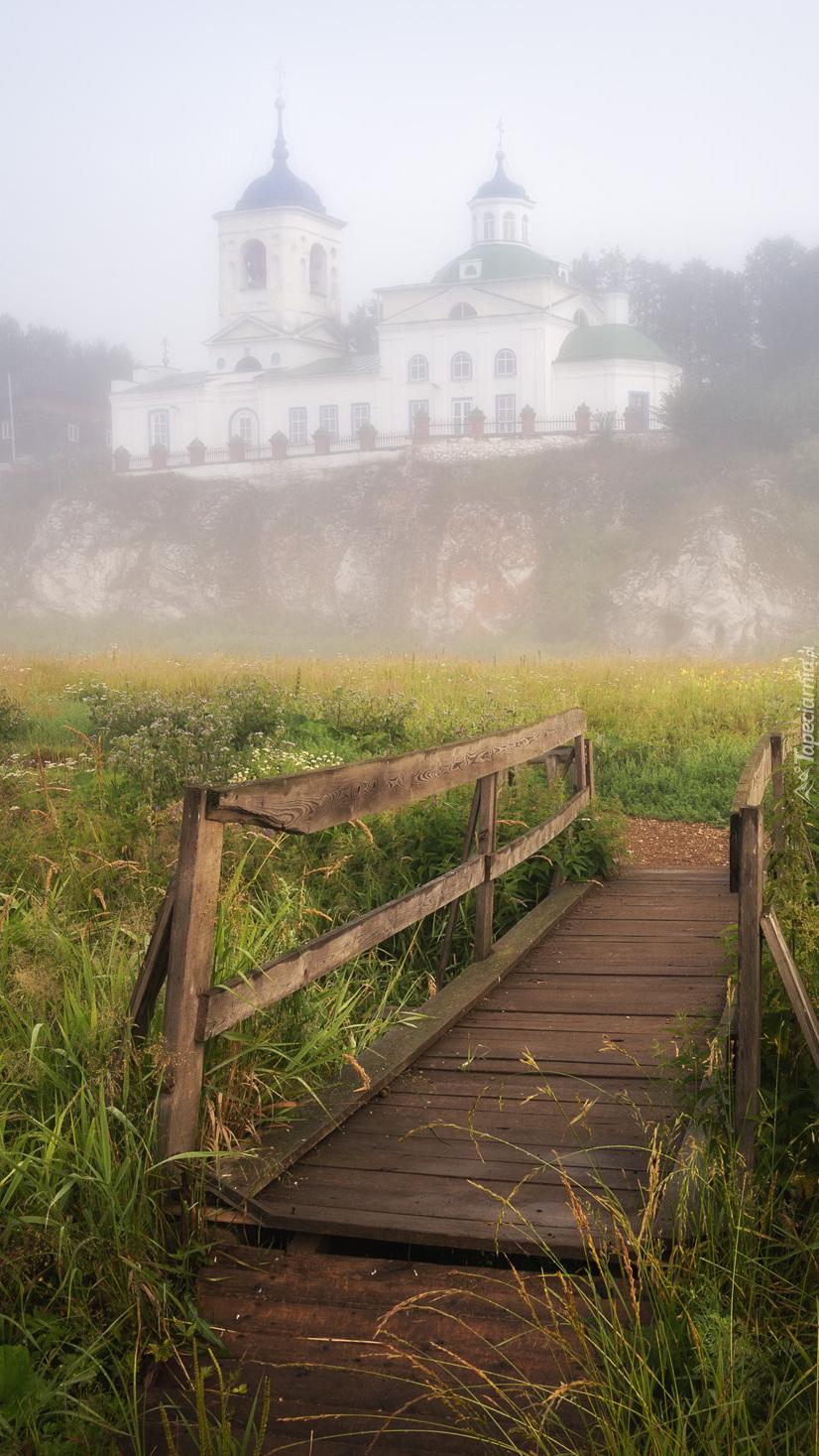 Mostek i cerkiew za mgłą