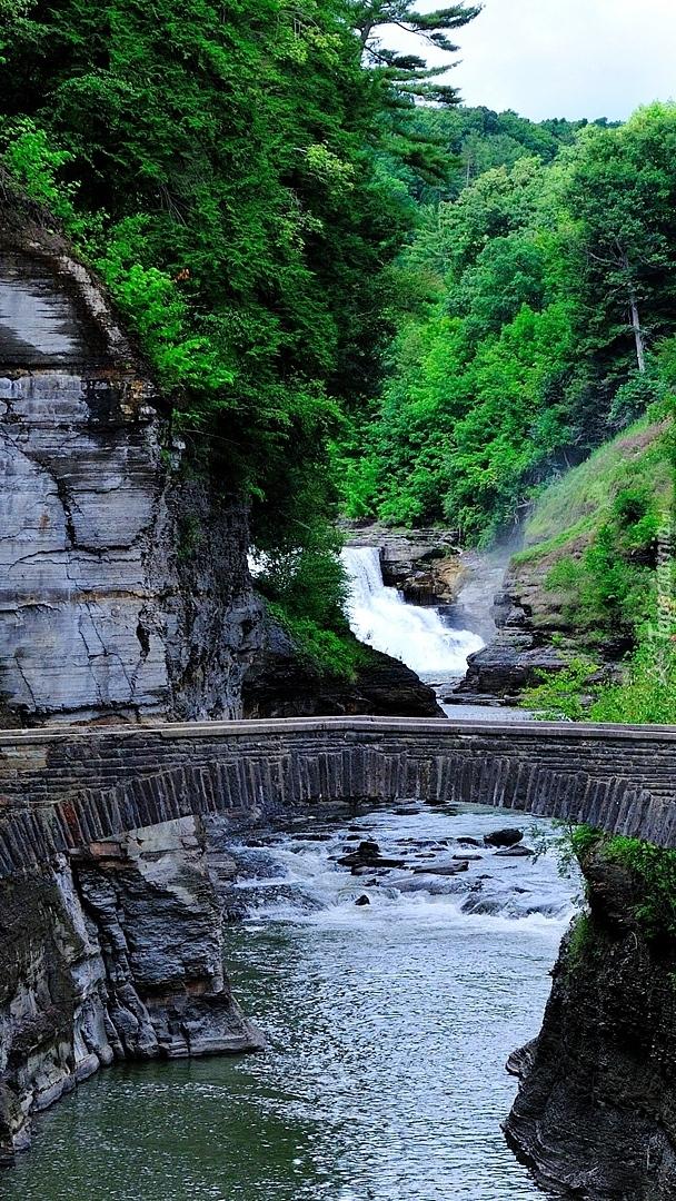Mostek kamienny nad rzeką
