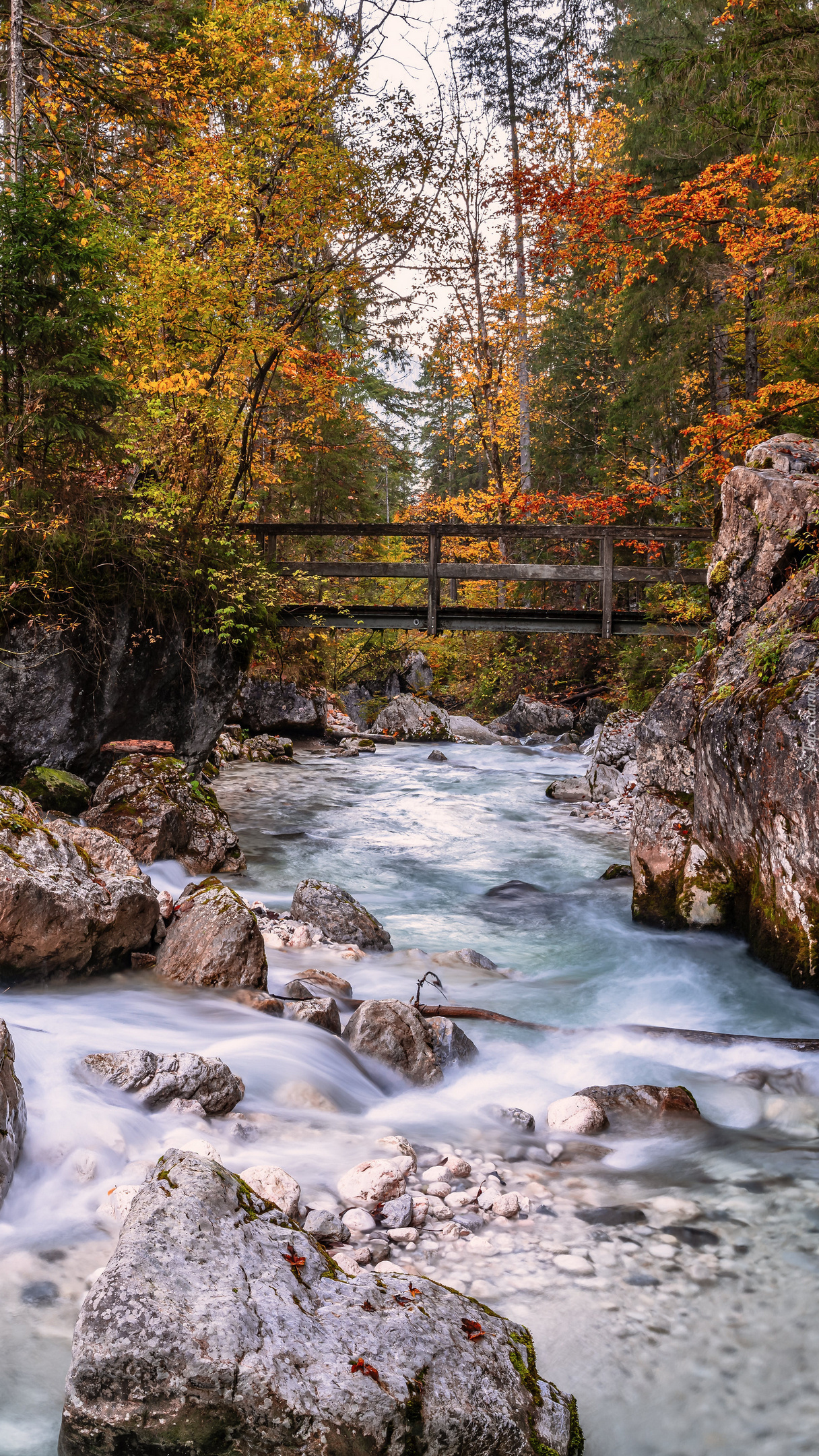 Mostek nad kamienistą rzeką