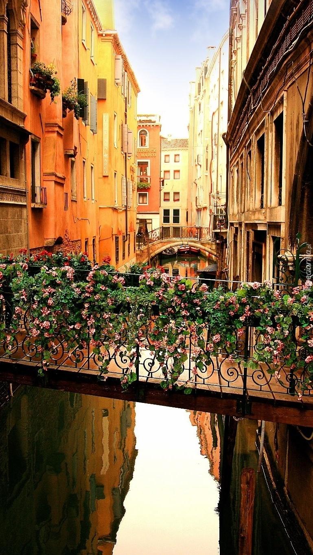 Mostek nad kanałem