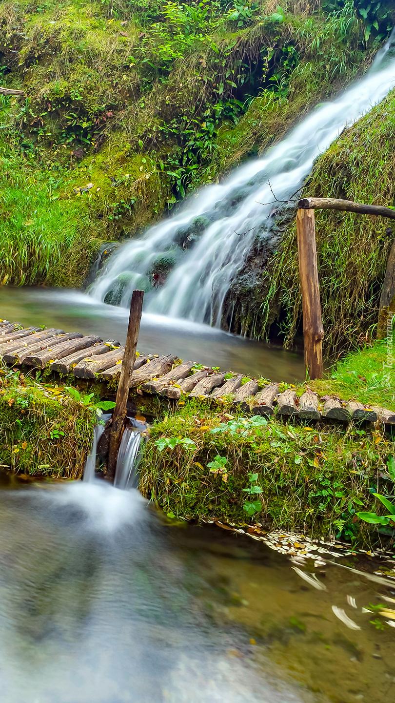 Mostek obok wodospadu