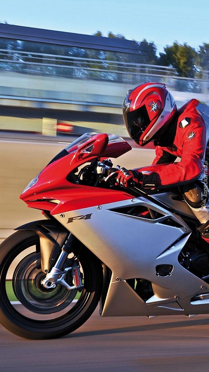 Motocyklista na motocyklu MV Agusta F4