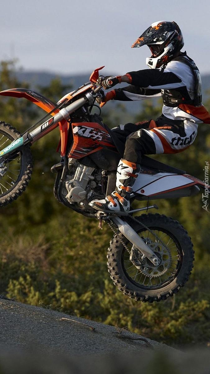 Motocyklista na motorze KTM 530 EXC