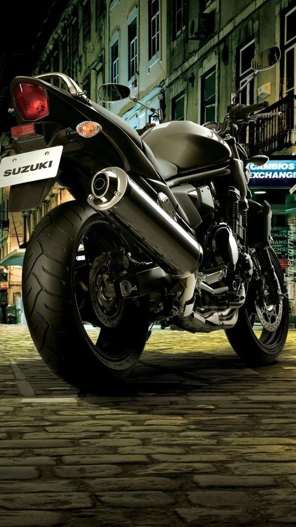 Motor Suzuki zaparkowany na ulicy w mieście