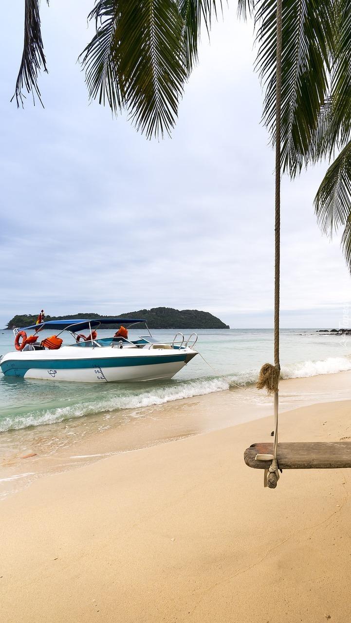 Motorówka zacumowana przy plaży