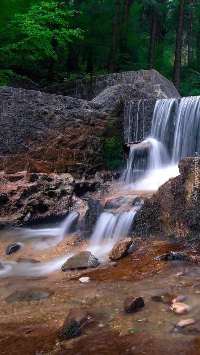 Mur przy wodospadzie