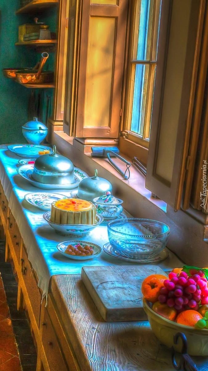 Naczynia na blacie kuchennym