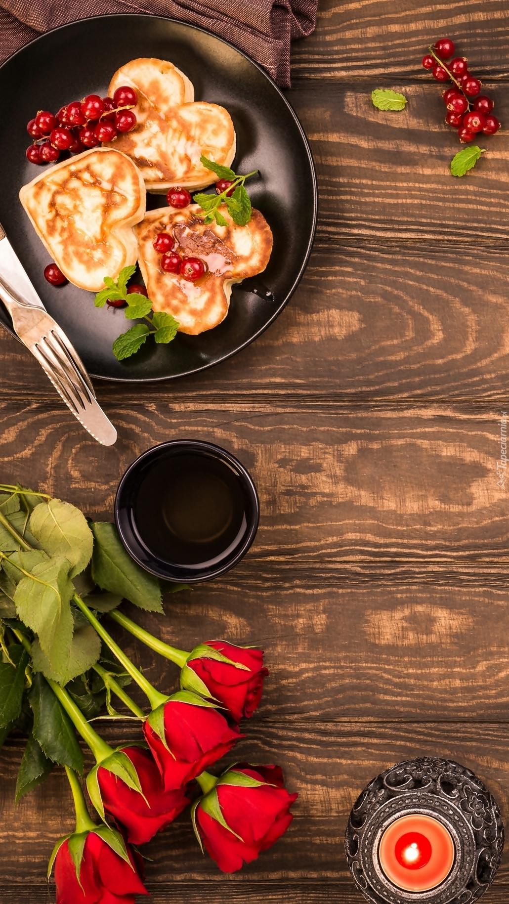 Naleśniki obok herbaty i róż