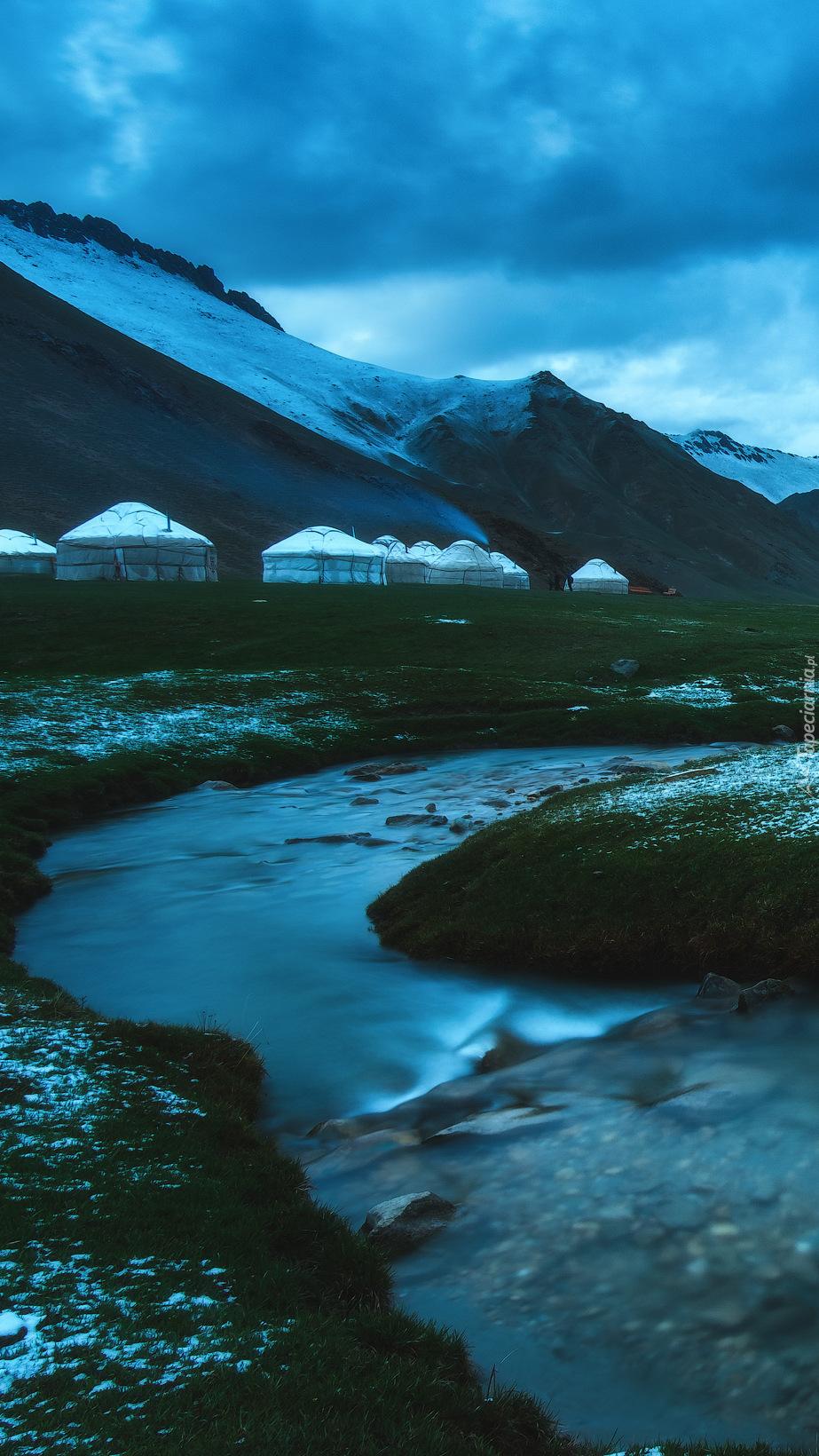 Namioty nad  rzeką w Kirgistanie