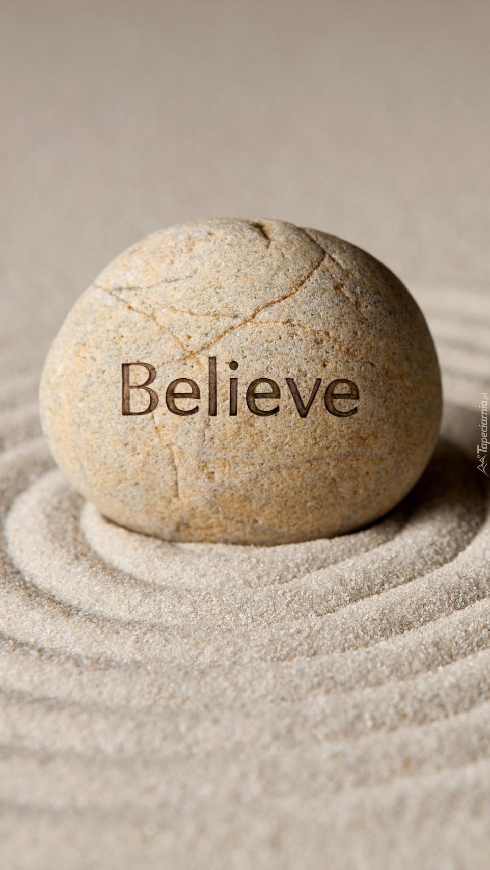 Napis Believe na kamieniu