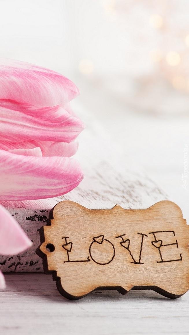 Napis Love na tabliczce