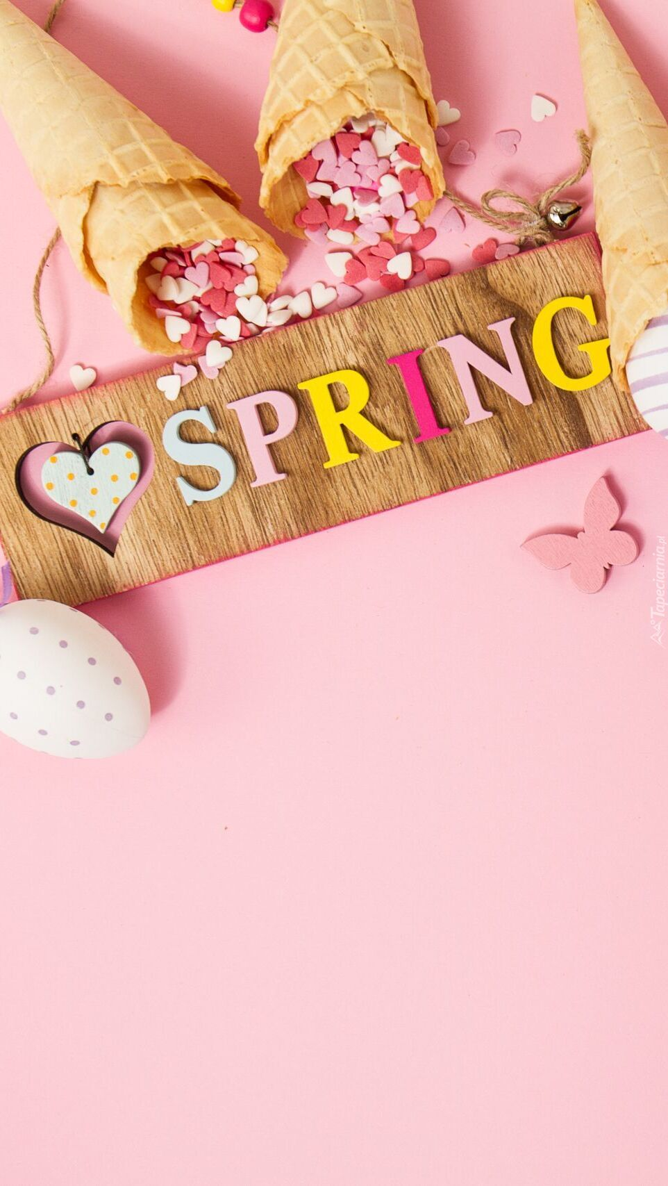 Napis Spring obok rożków z serduszkami