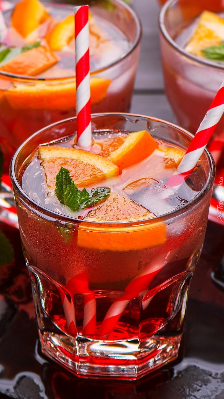 Napój z pomarańczą i kostkami lodu