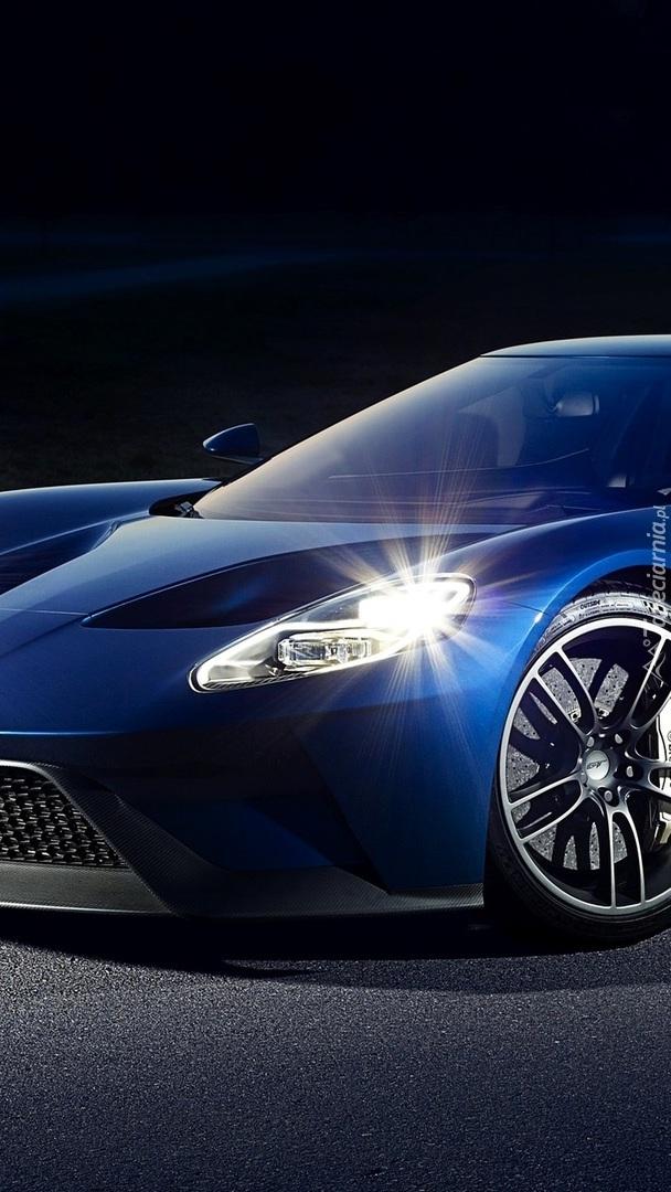 Niebieski Ford GT przodem