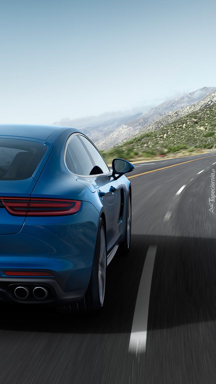 Niebieskie Porsche jedzie drogą