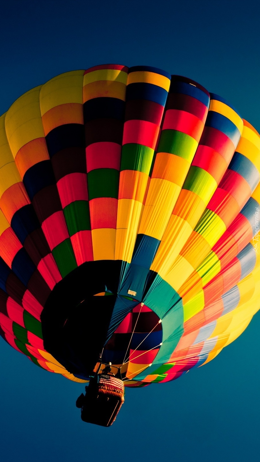 Niebo z kolorowym balonem