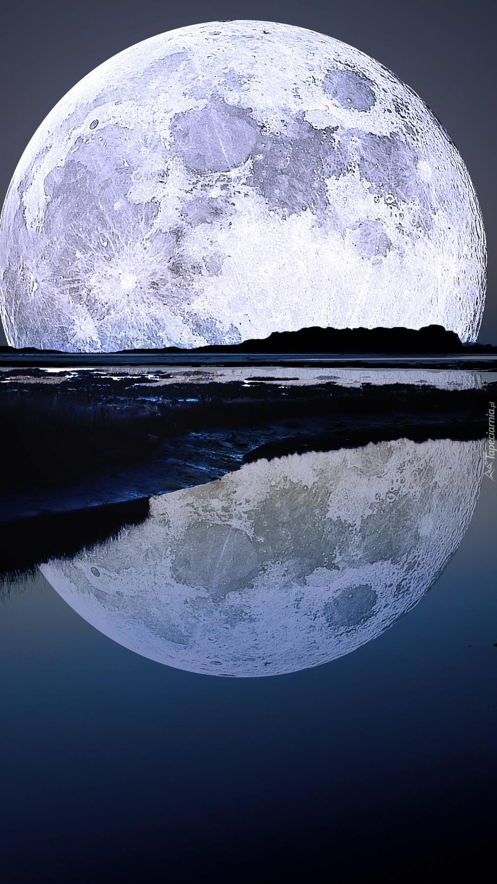 Nocne odbicie księżyca w wodzie