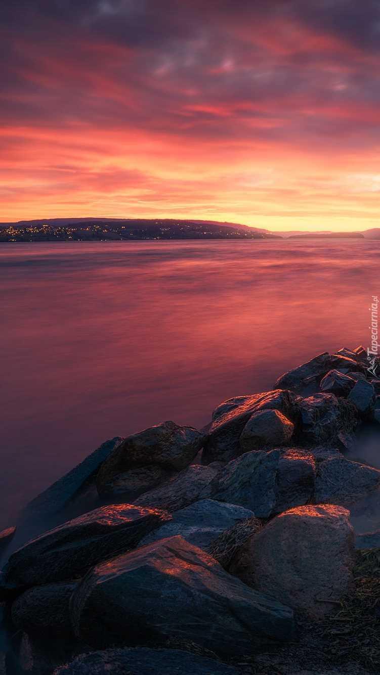 Norweskie jezioro o wschodzie słońca