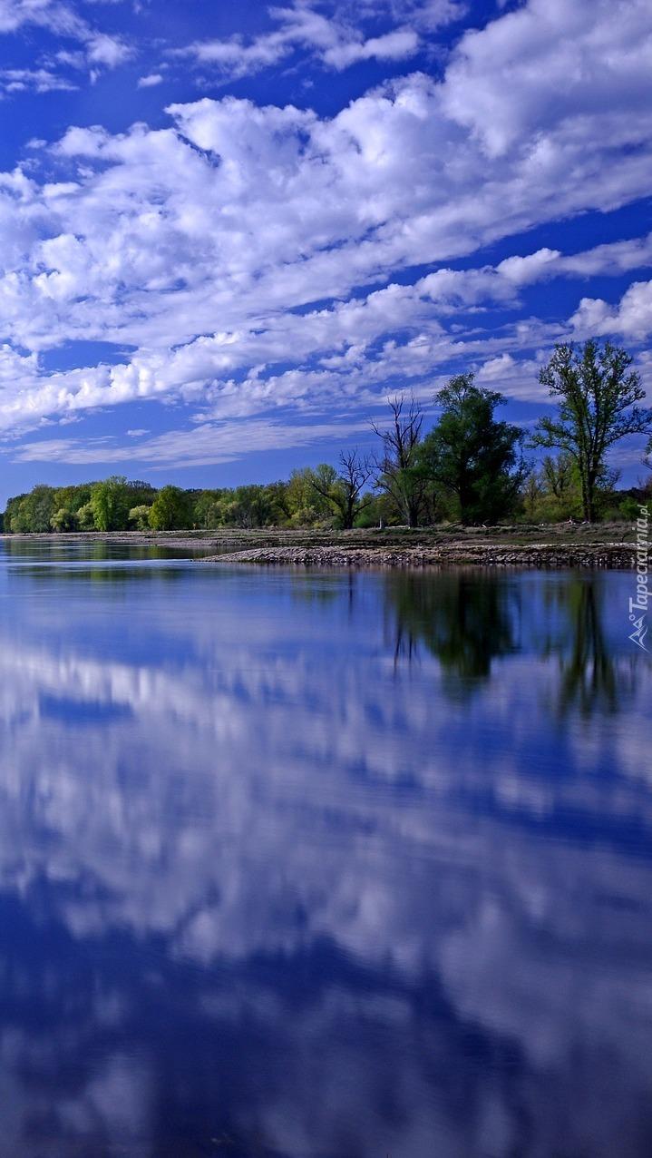 Odbicie białych chmur w rzece