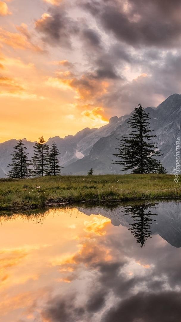Odbicie gór i chmur w jeziorze