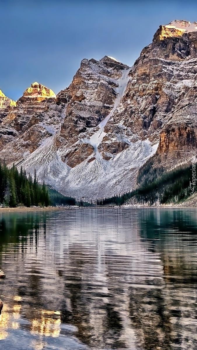 Odbicie gór i świerków w jeziorze