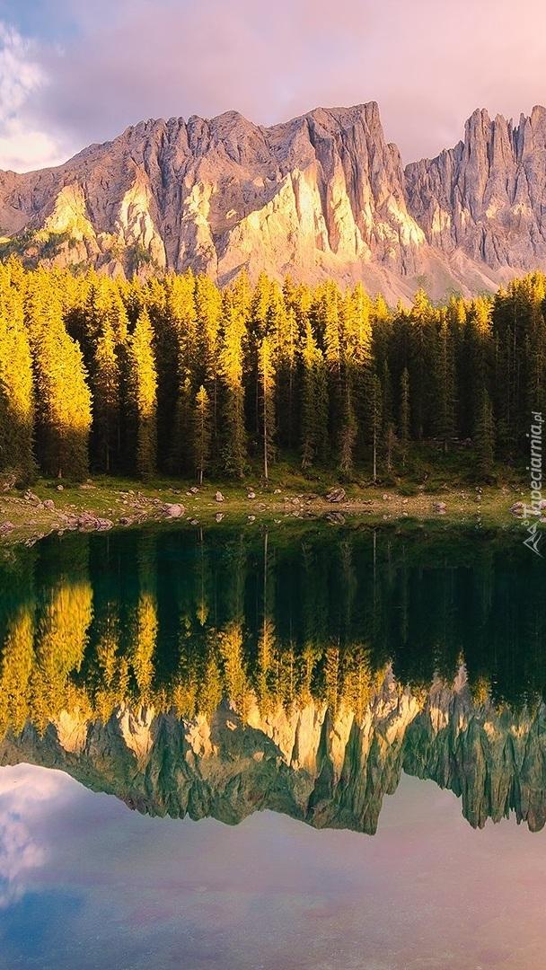 Odbicie góry Latemar w jeziorze Karersee