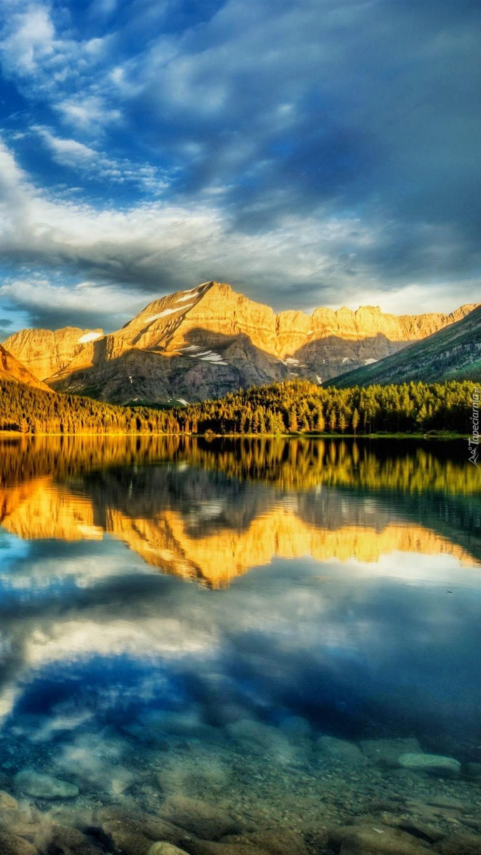 Odbicie jesiennych gór w jeziorze