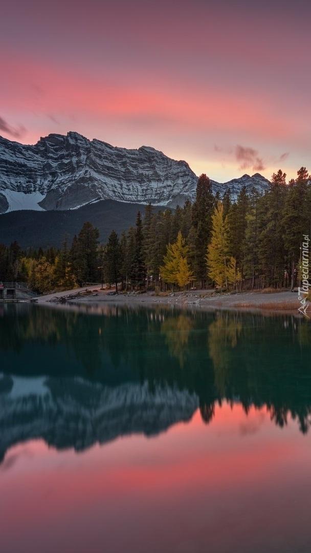 Odbicie kolorowego nieba w górskim jeziorze