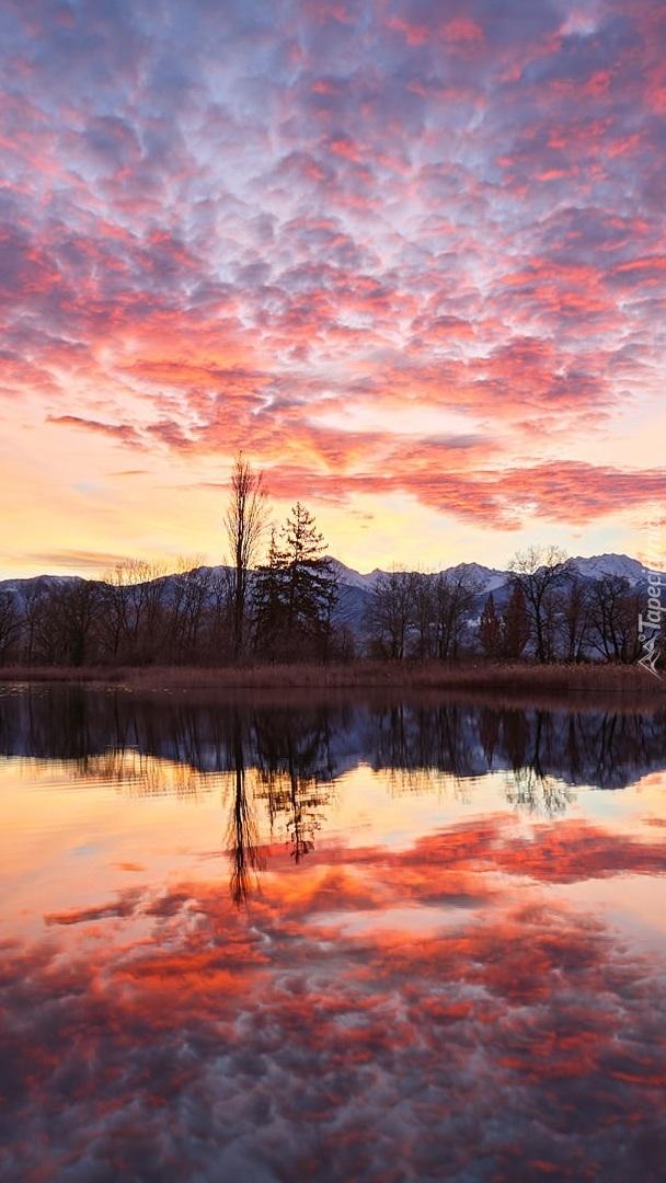 Odbicie kolorowych chmur w jeziorze
