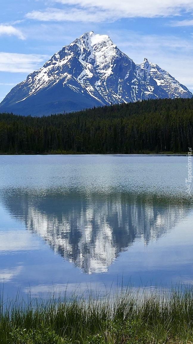 Odbicie ośnieżonych gór w jeziorze