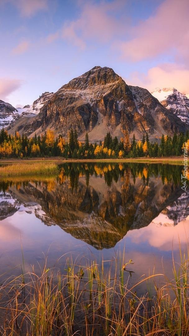 Odbicie skalistych gór w jeziorze