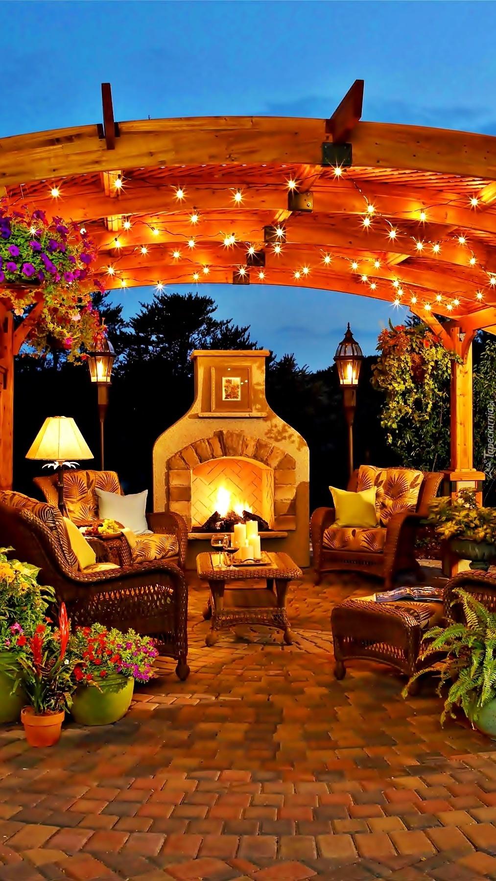 Odpoczynek w ogrodowej altanie przy kominku