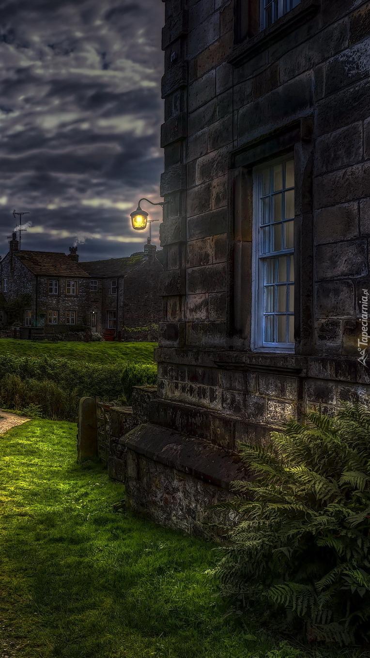 Okno w kamiennej ścianie domu