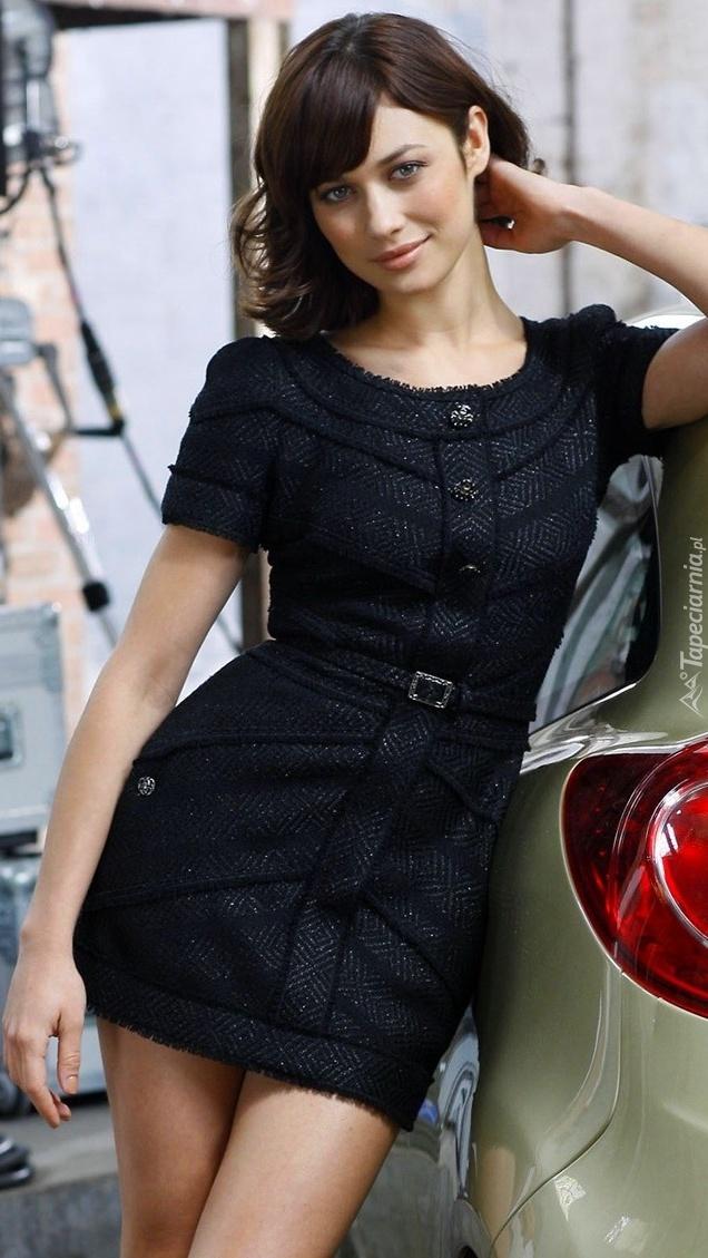 Olga Kurylenko w czarnej sukience
