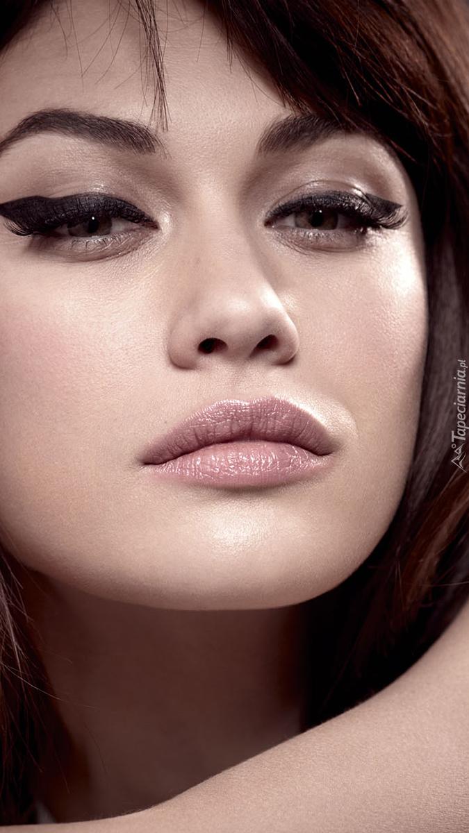 Olga Kurylenko w pięknym makijażu