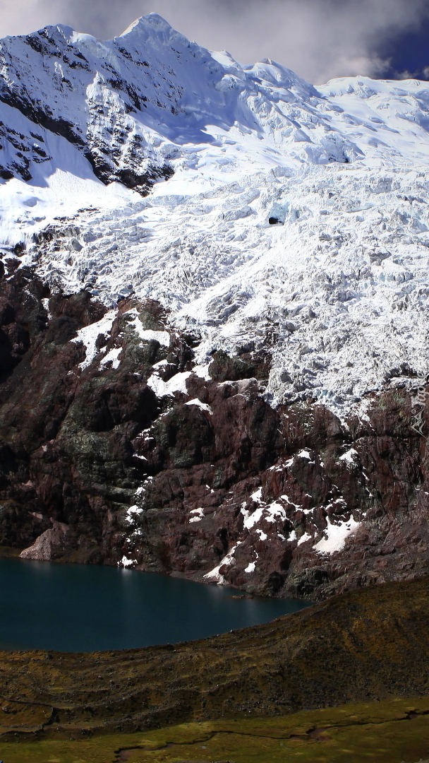 Ośnieżona góra Ausangate w Peru