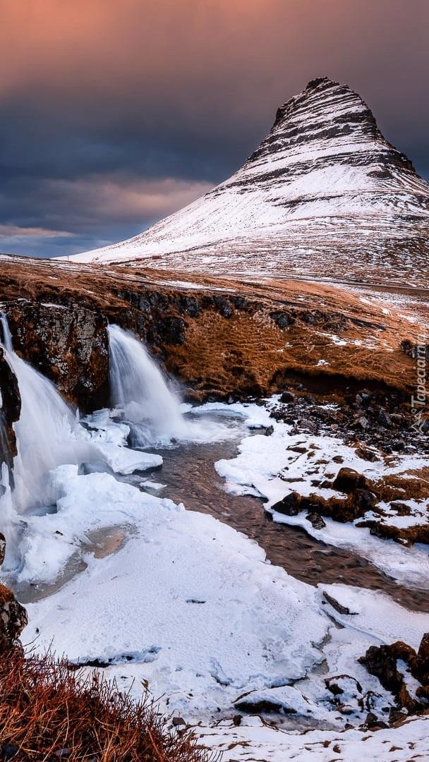 Ośnieżona góra Kirkjufell i wodospad Kirkjufellsfoss