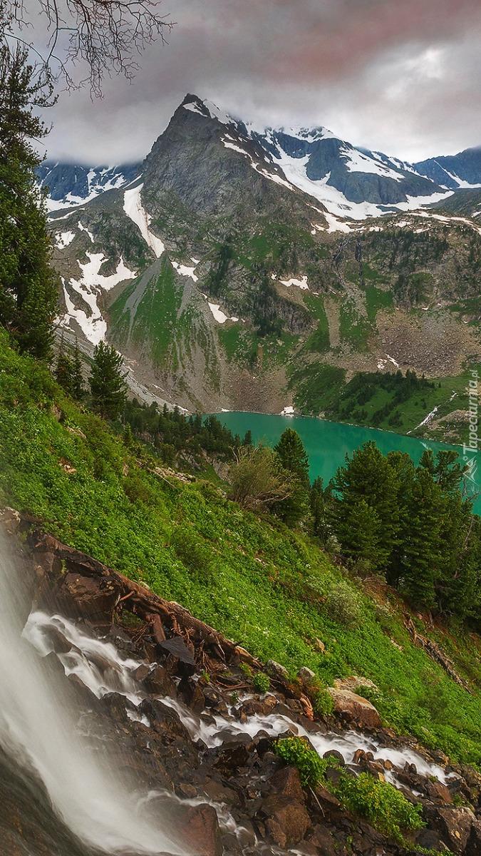 Ośnieżone góry nad jeziorem