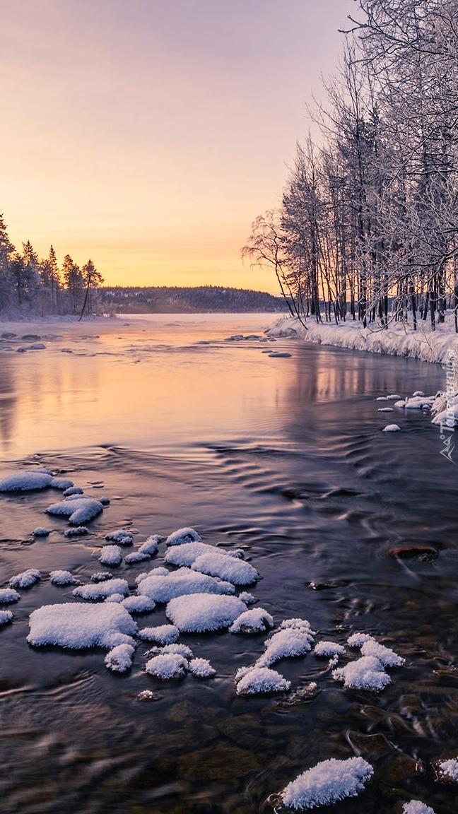 Ośnieżone kamienie w rzece