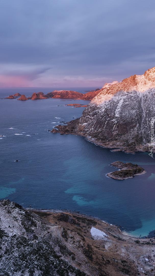 Ośnieżone skały i góry nad morzem
