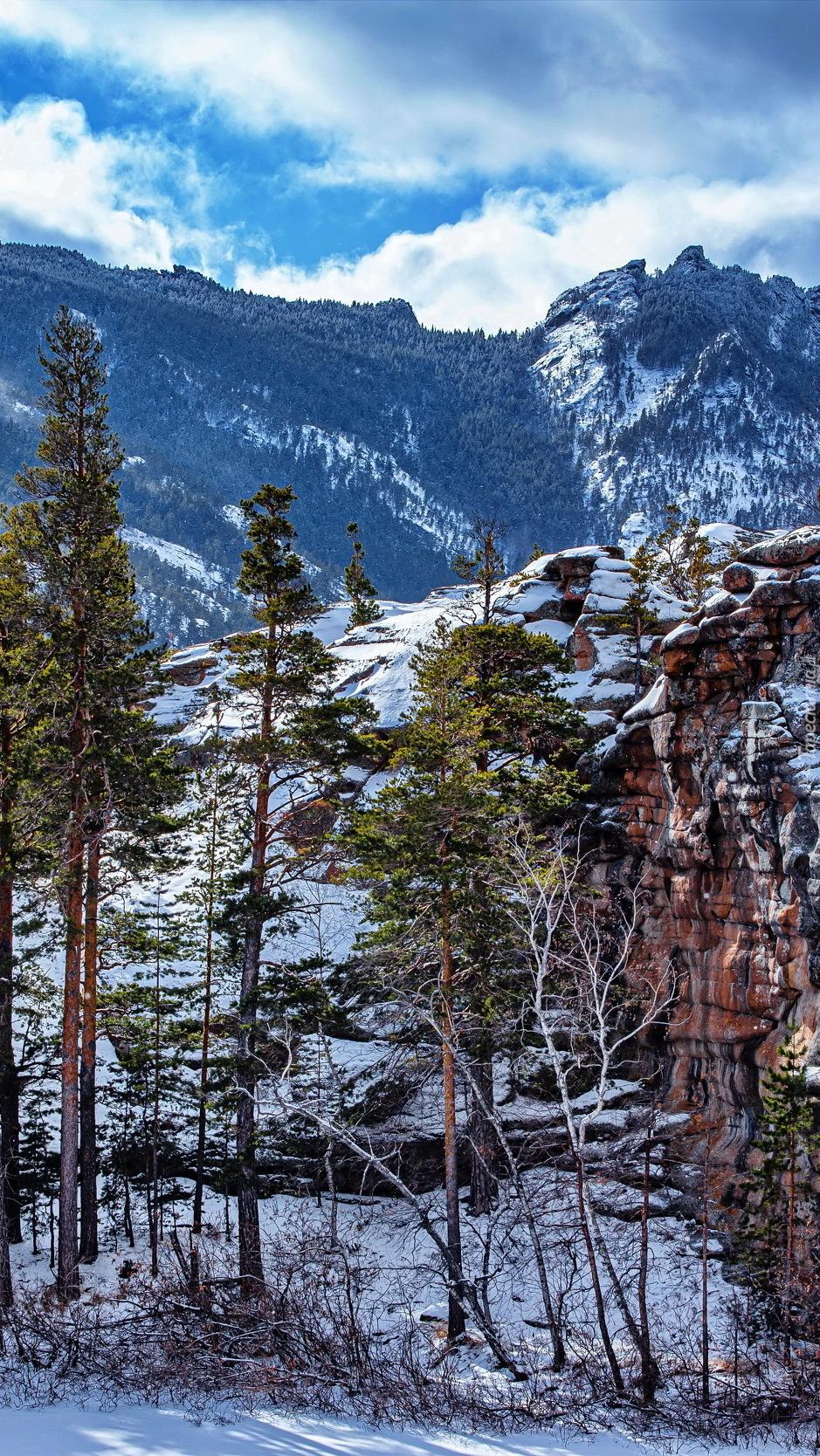 Ośnieżone skały w Parku Narodowym Karkaraly