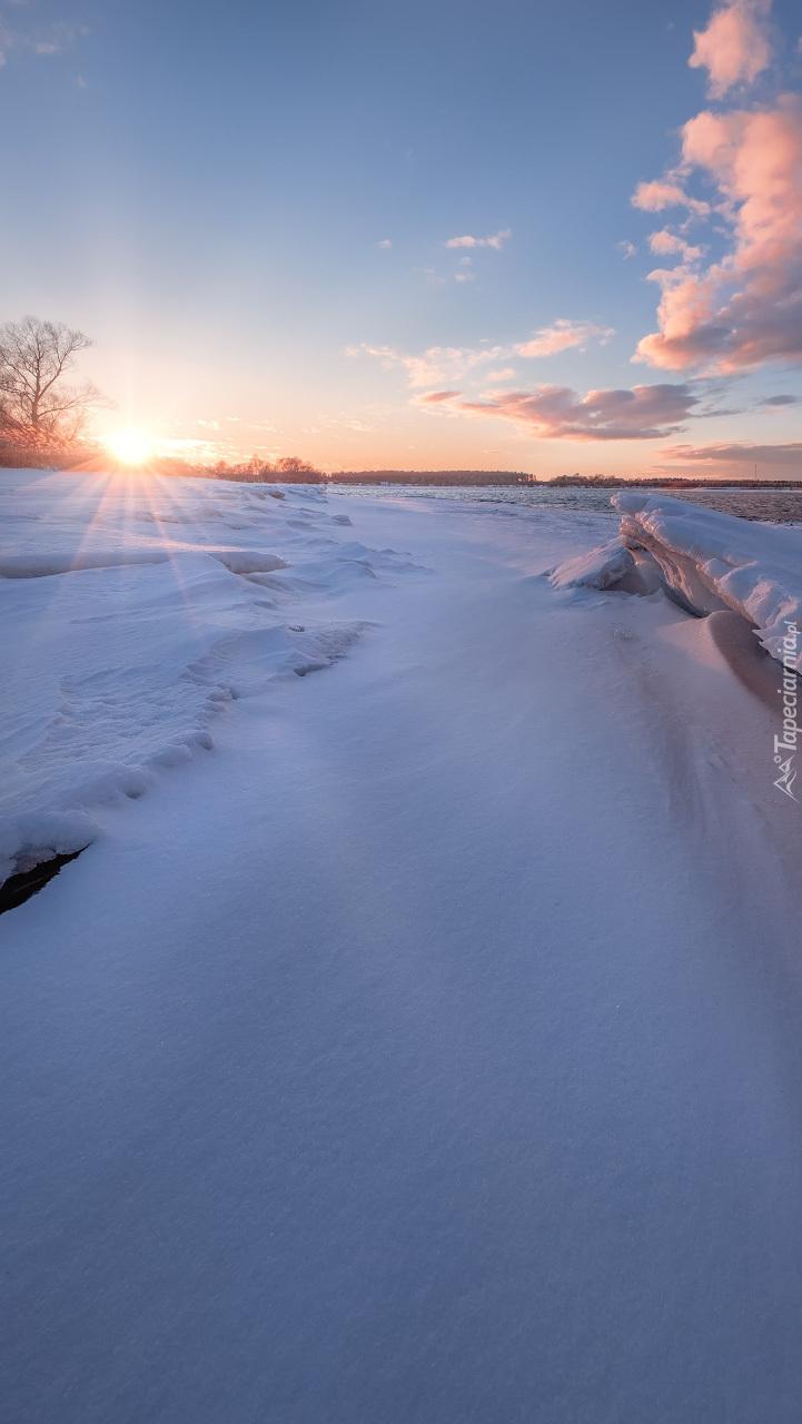 Ośnieżony brzeg Wołgi w promieniach słońca