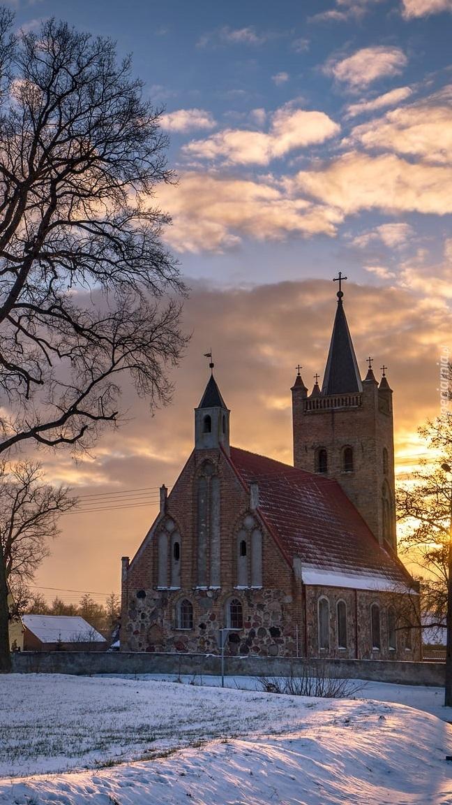 Ośnieżony kościół św Marka Ewangelisty w Chojnie
