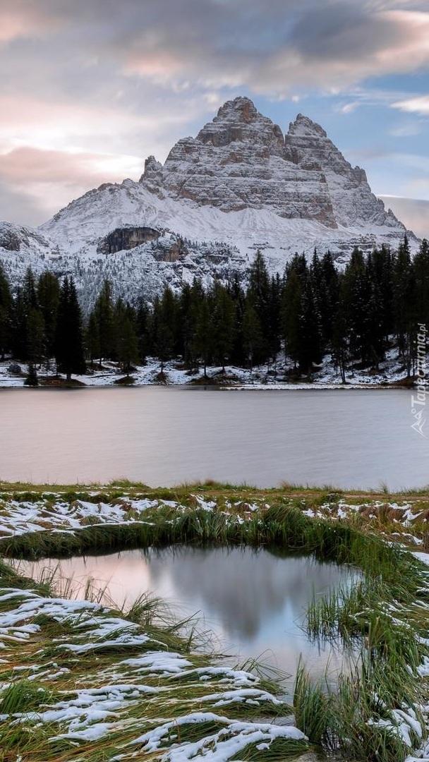 Ośnieżony masyw Tre Cime di Lavaredo i jezioro Antorno Lake