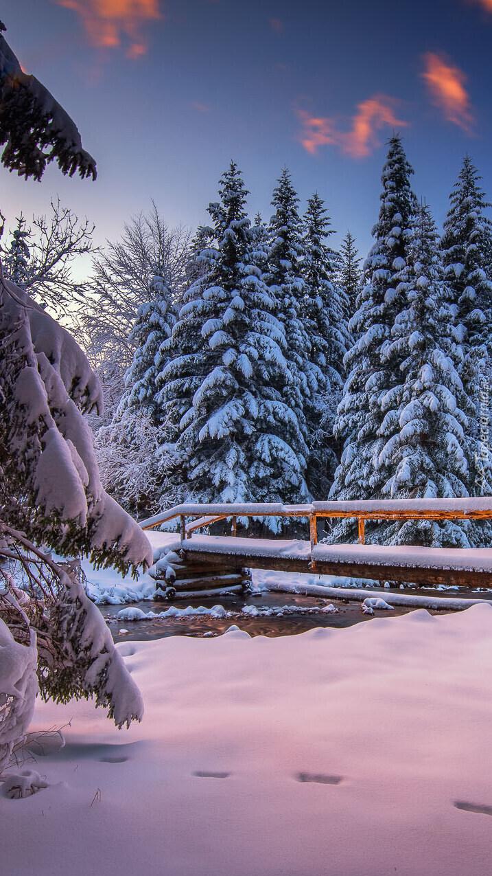 Ośnieżony mostek nad rzeką
