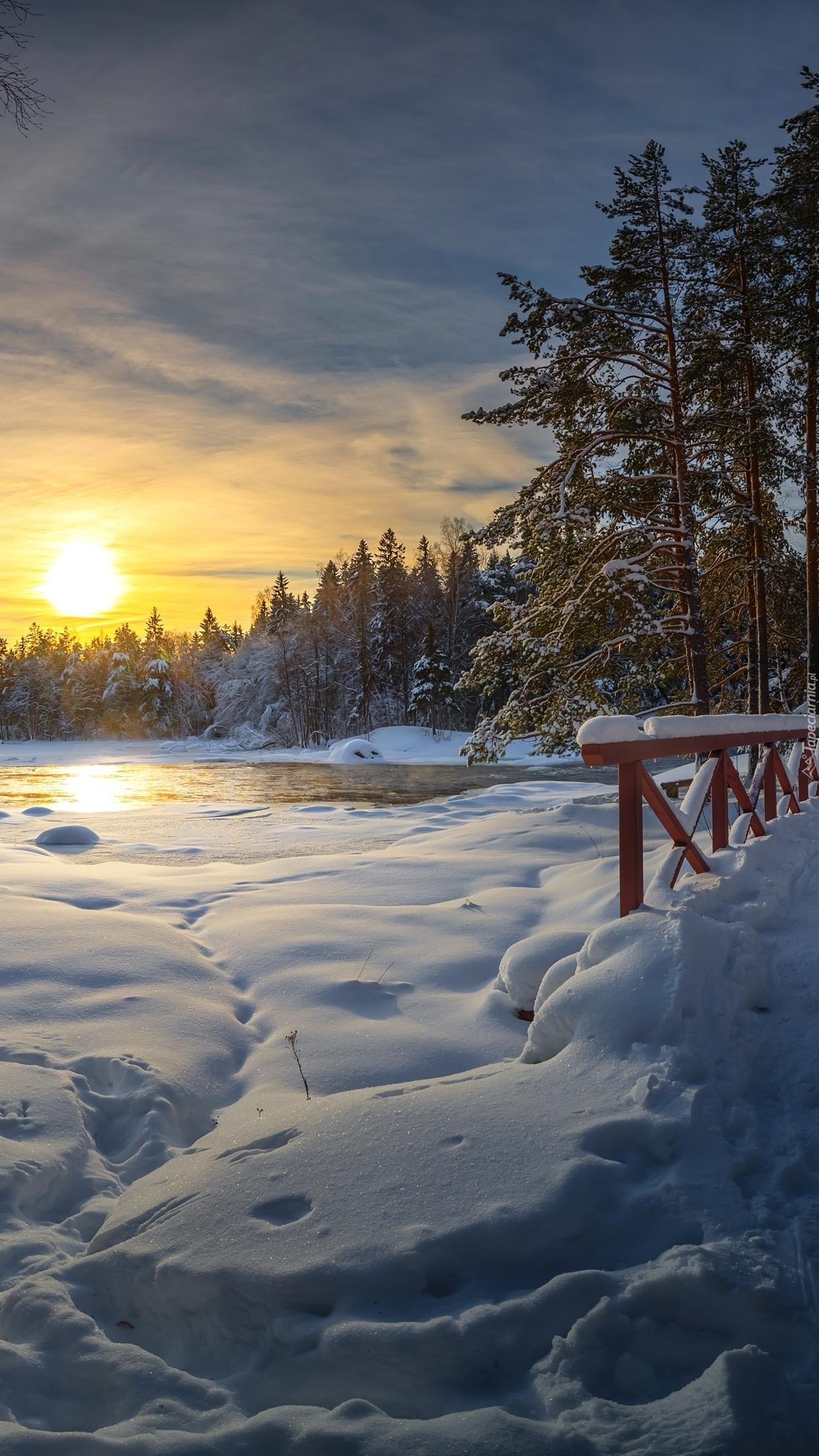 Ośnieżony mostek o wschodzie słońca