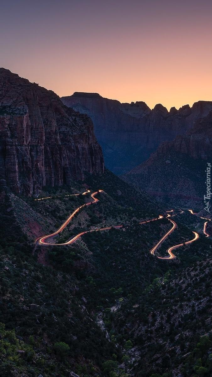 Oświetlona droga w kanionie Zion Canyon